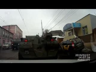 Появилось видео момента аварии БТР с четырьмя легковушками