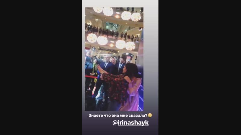 Irina Shayk com fã durante o evento de lançamento da nova coleção da Marc Jacobs Beauty na loja da Sephora na Rússia 26 de Jan
