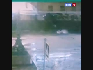 Момент падения легковушки с набережной в Петербурге попал на видео.