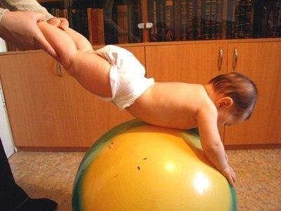 """Развивалочки для годовалочки Кто самый лучший специалист по раннему развитию малыша, причем, как умственного, так и физического? Это его мамочка. Конечно, хорошо, если рядом с домом есть развивающий центр, с опытными педагогами и изобилием развивающих пособий. Но многие мамы не хуже опытных учителей помогают своим малышам открывать этот многообразный мир! Мы с радостью подскажем вам, как организовать веселые, развивающие и познавательные """"уроки"""", игры и упражнения для малыша,…"""