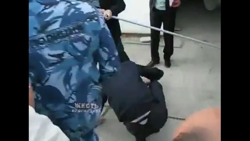 В Геленджике полицейский сделал вид что на него напал пенсионер упал вскрикнул и уронил фуражку Очевидцы ему не поверили а