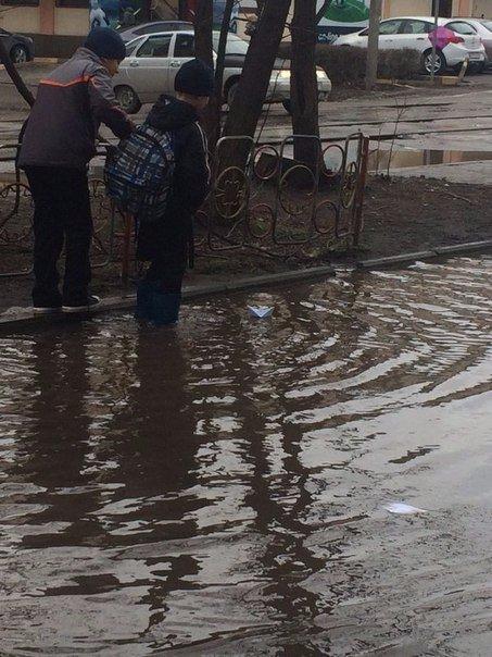 Не поверите что вчера видел. Дети на улице запускали кораблики в лужу. Какой сей...