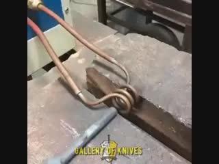 Индукционный нагрев металла перед ковкой.