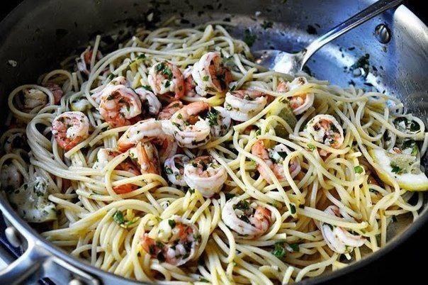 спагетти с креветками что нужно: спагетти 340 гсливочное масло 2 ст. л.оливковое масло 2 ст. л.чеснок 4 зубчикакреветки 500 гсоль и перец по вкусупетрушка 1/2 стаканалимон (сок) 1/4