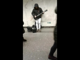Питерское метро уличный музыкант играет Цоя
