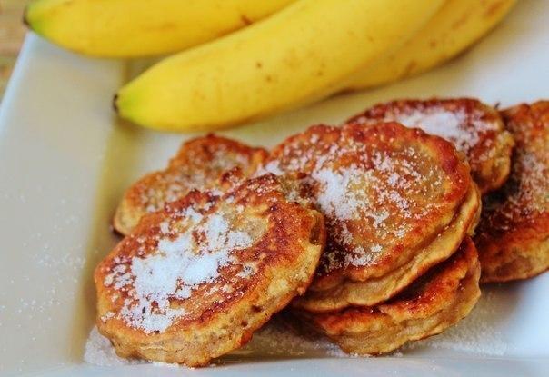Банановые оладьи — замечательный вариант завтрака для всей семьи.