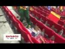 Болельщики сборной Сенегала убирают за собой после победы над поляками