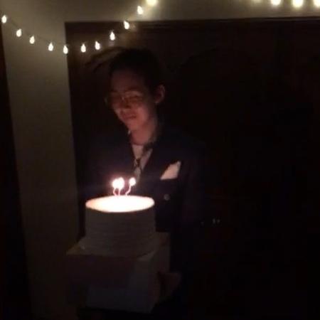 """Ill • 아일 on Instagram """"어떤 노래를 부르는건지 모르겠지만 기쁜 생일 파티!! 24life"""""""