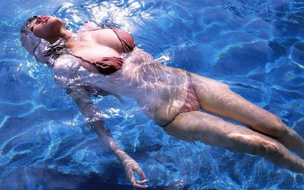 В воде голая фото