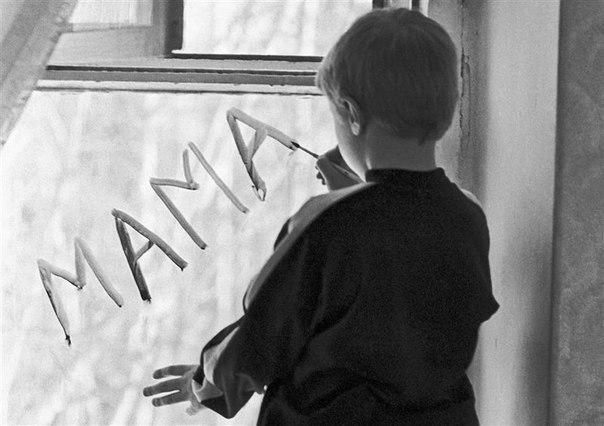 Почему мы обижаем родителей Почему мы обижаем родителей? Потому что когда-то они нас наказывали и всё запрещали? Потому что нам кажется, что какие-то не такие они – недостаточно умны, не настолько красивы и молоды, не так много умеют зарабатывать, не с теми дружат, не то говорят, неправильно думают и слишком много читают мораль?А был ли у них выбор и возможность прожить эту жизнь по-другому? Благополучную, светлую жизнь, полную тепла и счастья, ни в чём не нуждаться, никого не терять и никому…