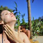 Пользоваться солнцезащитным кремом