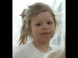 В таганроге живёт трёхлетняя девочка с одним ухом, которая любит петь