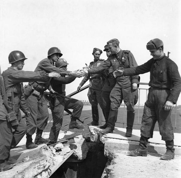 ВСТРЕЧА НА ЭЛЬБЕ В апреле 1945 года недалеко от города Торгау на реке Эльба войска 1-го Украинского фронта РККА СССР под командованием маршала И.С. Конева встретились с войсками 1-й армии США,