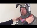 Как одевали рыцарей в доспехи На видео показана полная амуниция воина XIV века Реконструкция доспехов выполнена по гравюрам то
