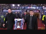 Крис Саттон выносит Кубок Бетфред