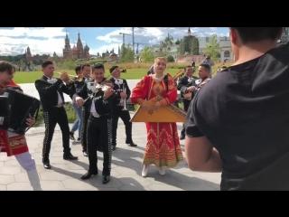 """Un #flashmob con la participación de mariachis mexicanos y el conjunto ruso """"kupina""""  en el parque zaryadye"""