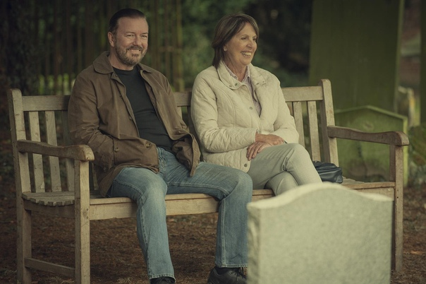 Кадры из второго сезона «After Life» с Рики Джервейсом Новые эпизоды прибудут на Netflix 24 апреля.