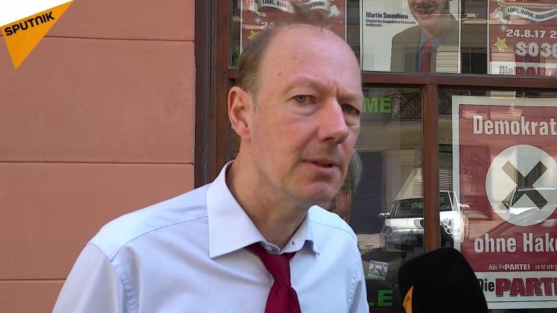 Vier Prozent für DIE PARTEI in Berlin: Martin Sonneborn verteilt Bier