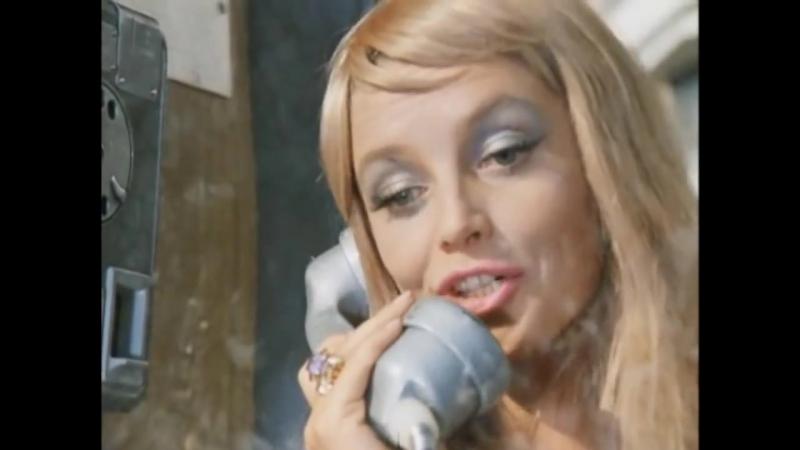 Дура и телефон,сплетница.