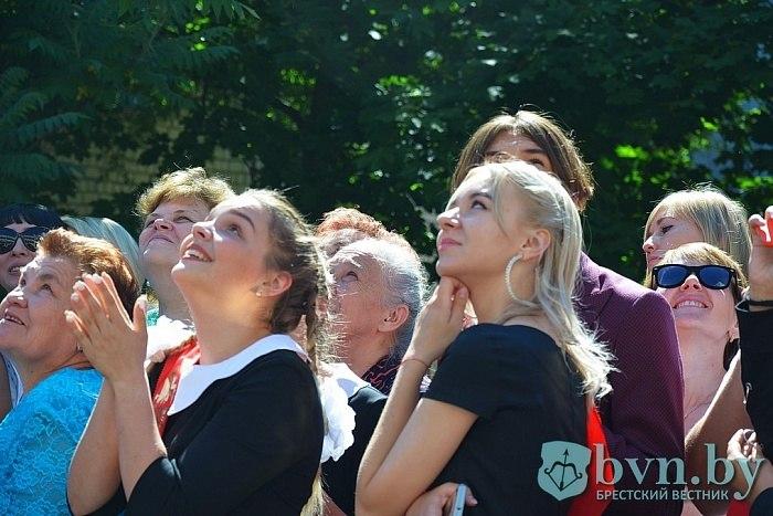 В Бресте прошли торжественные линейки, посвященные последнему звонку