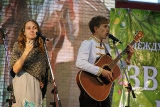 Конкурсант музыкального конкурса Ведруссия Арт Степан Корольков с сестрой