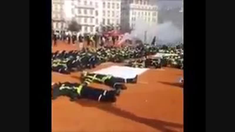 Франция Пожарные вслед за работниками Скорой помощи присоединились к протестам против режима Макрона