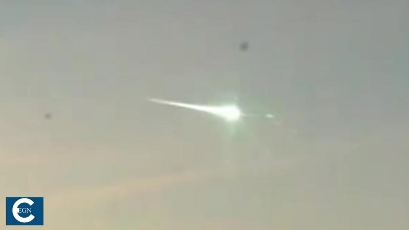 НЛО сбивает падающий метеорит на Урале