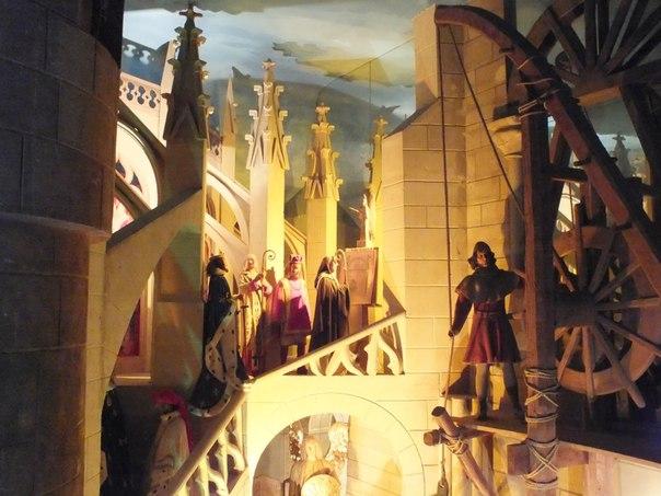 Внутри музея воссозданы средневековые сцены