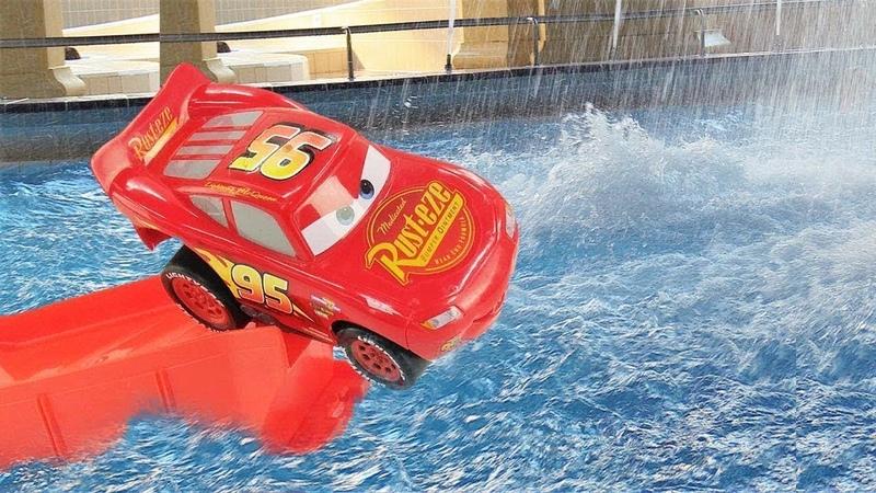 Saetta McQueen e le macchine giocattolo. Il parco acquatico per piccoli. Giochi per bambini