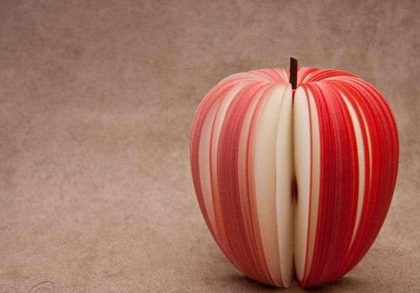 Яблоко из тысячи бумажных листочков, вырезанных в соответствующей форме и с краю...