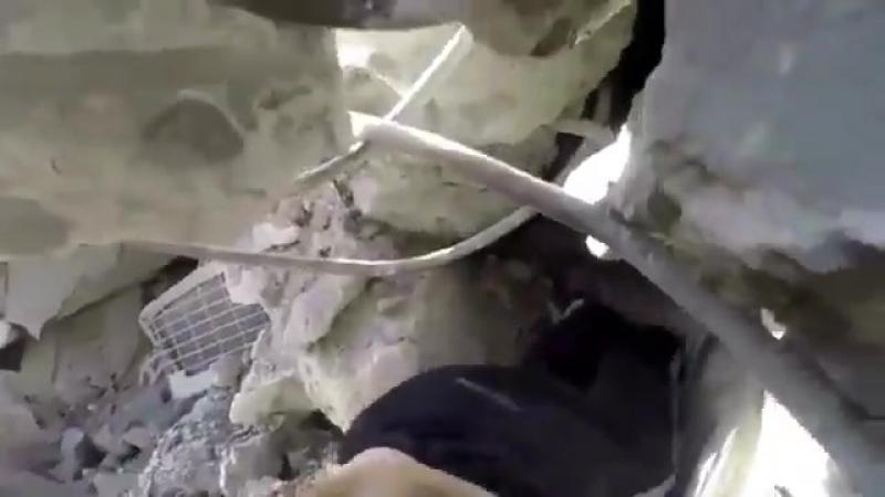 Спасатели извлекают ребёнка из-под завалов дома, по которому нанесла авиаудар авиация Асада и Путина.