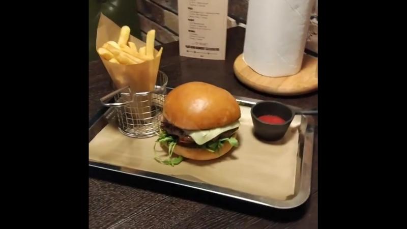 Сегодня за вкус отвечает - Миланский жиголо. Бургер с бифштексом из говядины, рукколой, печеным перцем, сыром моцарелла и брус