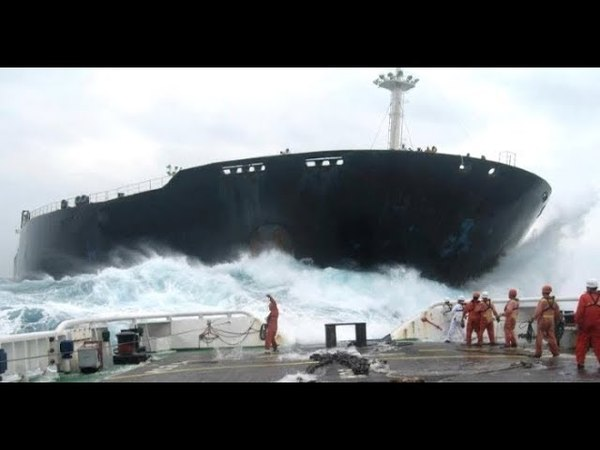 Корабли на полной скорости врезаются в берег причалы дома Ships at full speed crash into the shore