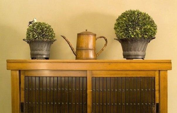 В предыдущей статье мы рассказали о правильной подготовке поверхности, покраске и лакировании мебели. В этот раз речь пойдет об еще более эффектных способах декорирования деревянной мебели - тонировании и золочении.