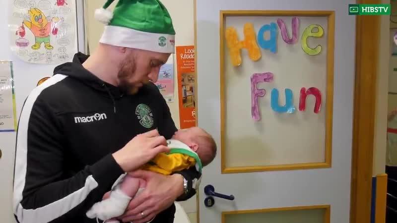 Рождественский визит футболистов Хибс в детский госпиталь