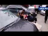 Замес жителей с челябинскими бандитами, нагло отгоняющими тачки от дома