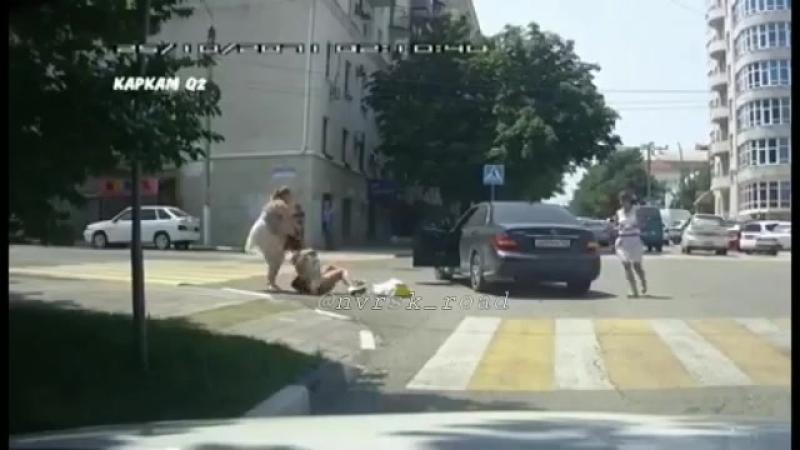 Девушка-пешеход подралась с автоледи