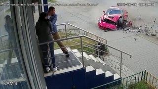 Наезд спорткара на крыльцо ломбарда в Туле попал на видео