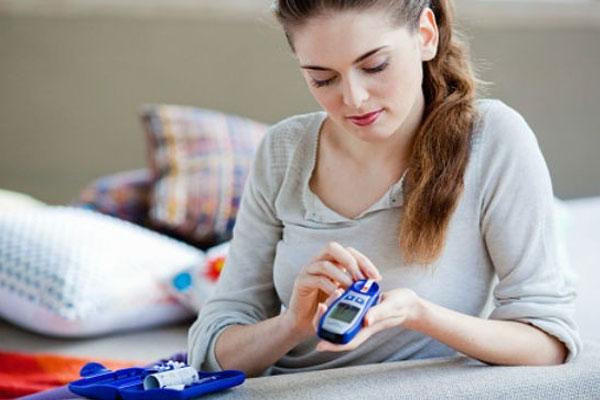 Диабет может вызвать трудности во время беременности, такие как выкидыш и врожденные дефекты.