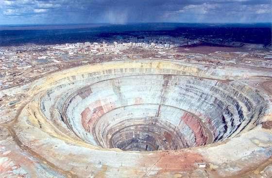Один из самых больших алмазных карьеров в мире находиться в Якутии в городе Мирный.  Он представляет из себя шахту...