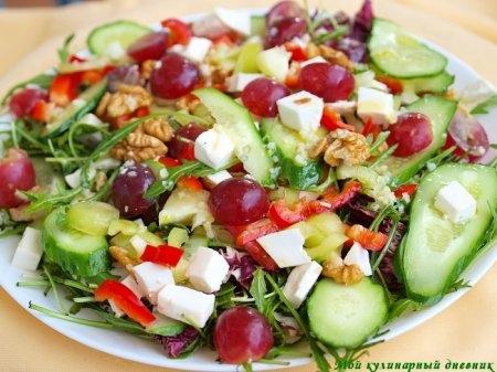 Салат из овощей с брынзой, грецкими орехами и виноградом