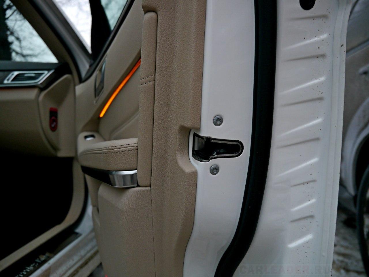 Дверь тяжелая, увесистая, никакого ощущения консервной банки, как в некоторых моделях Infiniti. Но по звуку закрытия не такая мягкая, как дверь Audi A6.