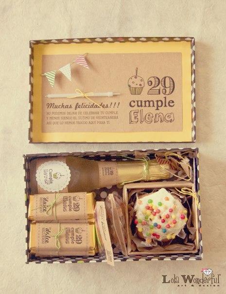 День Рождения в коробке Положите в коробку всё, что нужно в День Рождения: сладости, шампанское, флажки, шарики, хлопушки