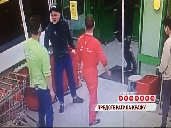Уборщица супермаркета с помощью корзины для продуктов дала отпор воришкам
