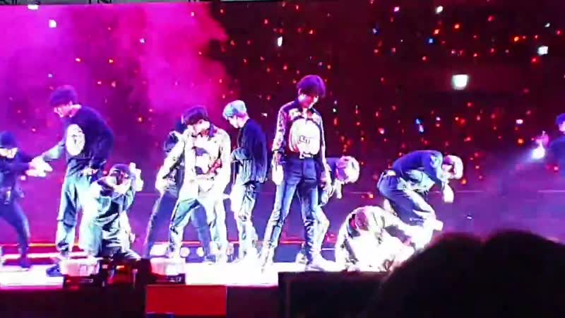 TAEHYUNG WAS TRYING SOOO HARD NOT TO LAUGH OMG GJFJFBD - 5thMusterInSeoul -