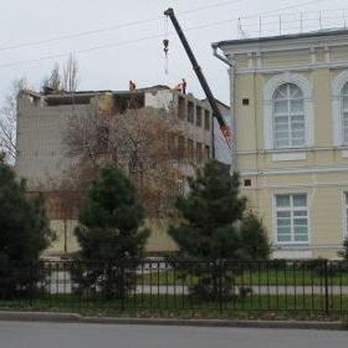 В Таганроге продолжается демонтаж аварийного здания гимназии имени А.П. Чехова №2