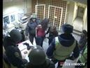 Девушка ругается с полицейскими
