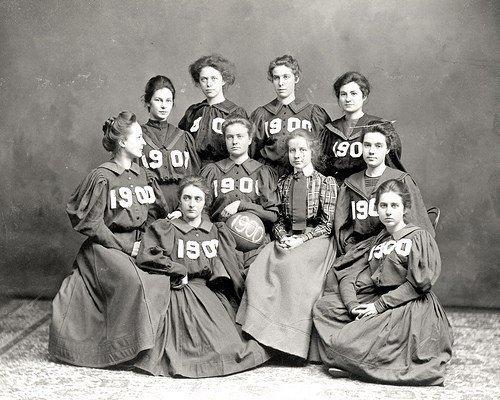 Фото женской баскетбольной команды, 1900 год. Их форма состояла из платьев с длинными рукавами и корсетов.