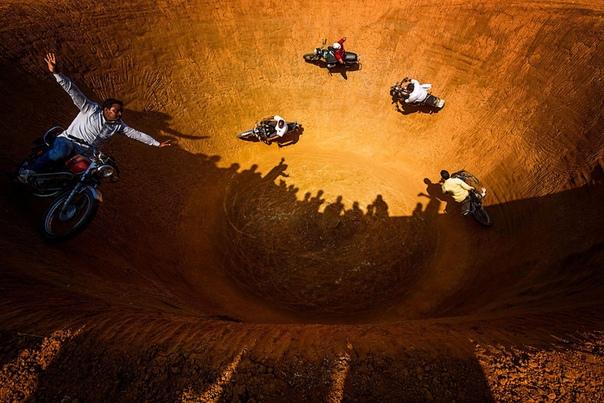 Мотоциклисты в «колодце смерти», Индия.