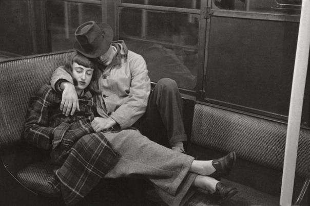 Кадр сделанный в Нью-Йоркском метро. Пара влюбленных. США. 1947 год.